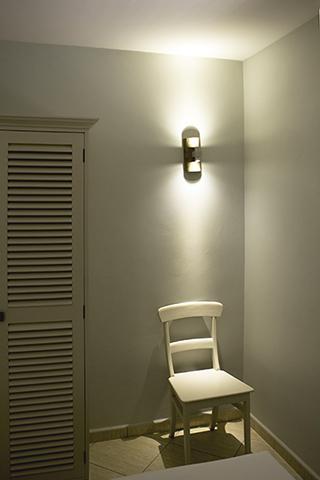 een led spot die je overdag misschien over het hoofd zou zien is de indirecte verlichting die gemonteerd is in de buitentrap op de twee verdieping bevindt